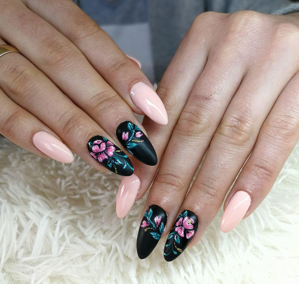 Paznokcie w kwiaty to idealny pomysł na wiosenny manicure
